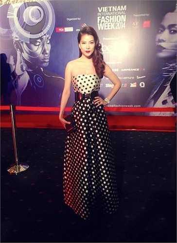 Bộ đầm chấm bi trẻ trung giúp cô dễ dàng lấn át nhiều mỹ nhân Việt trên thảm đỏ.