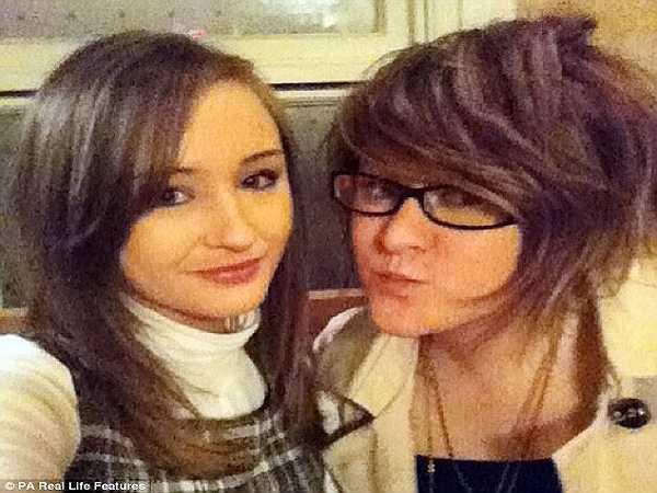 Amy-Louise James (trái) chụp ảnh chung với bạn của cô.