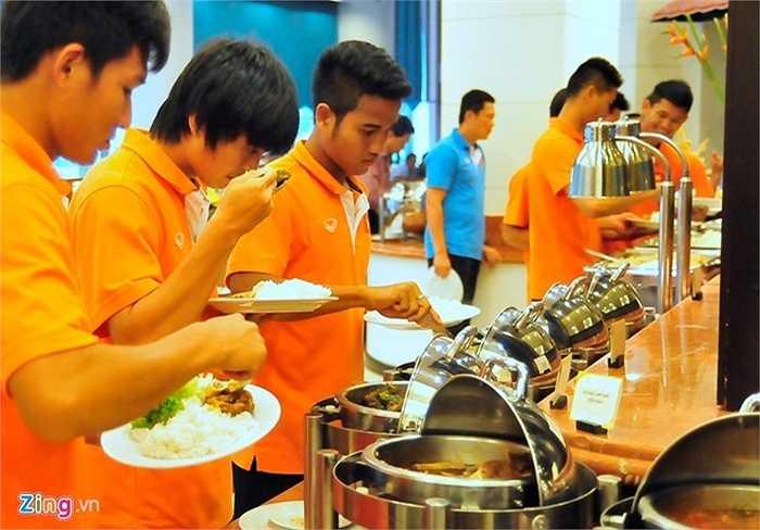 Hàng ngày, ĐT Olympic Việt Nam được bố trí 3 bữa buffet tại Grand Bluewave. Khách sạn 4 sao này nằm trong khu vực đạo Hồi nên đồ ăn không hợp với khẩu vị của cầu thủ Olympic Việt Nam. Tiền vệ Tuấn Anh phải kiểm tra mùi vị trước khi quyết định chọn món