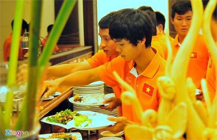 Do thức ăn không hợp khẩu vị, Công Phượng và đồng đội chọn nhiều món rau để ăn cùng cơm.