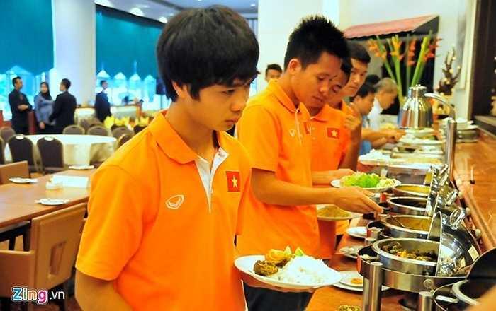 Món ăn duy nhất cầu thủ Việt Nam có thể 'cố nuốt' là thịt gà, dù nó cũng được chế biến rất khác so với ở Việt Nam.