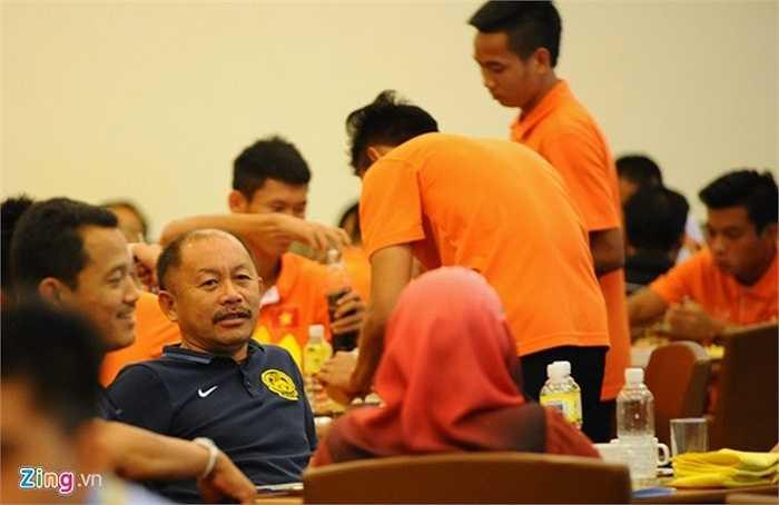 HLV Razip Ismail thường xuyên gặp mặt Olympic Việt Nam trong các bữa ăn tại khách sạn Grand Bluewave. ĐT Malaysia không gặp khó khăn về chuyện ăn uống khi họ được chơi trên sân nhà (Nguồn: Zing)