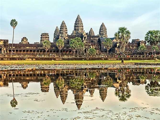 2. Siem Reap, Campuchia: Đến đây, du khách có thể chiêm ngưỡng một trong những quần thể tôn giáo lớn nhất trên thế giới, Đền Angkor Wat, tìm hiểu về lịch sử tại Làng Văn hóa Campuchia, đi Chợ đêm Angkor có những quầy hàng, quầy bán đồ ăn và quán bar.