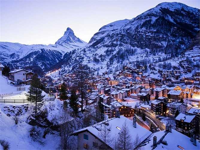 12. Zermatt, Thụy Sỹ: Zermatt là một ngôi làng nhỏ đáng yêu, với những ngôi nhà gỗ kiểu cổ điển màu nâu và các con đường quanh co. Đặc biệt trong làng không hề có ô tô qua lại.