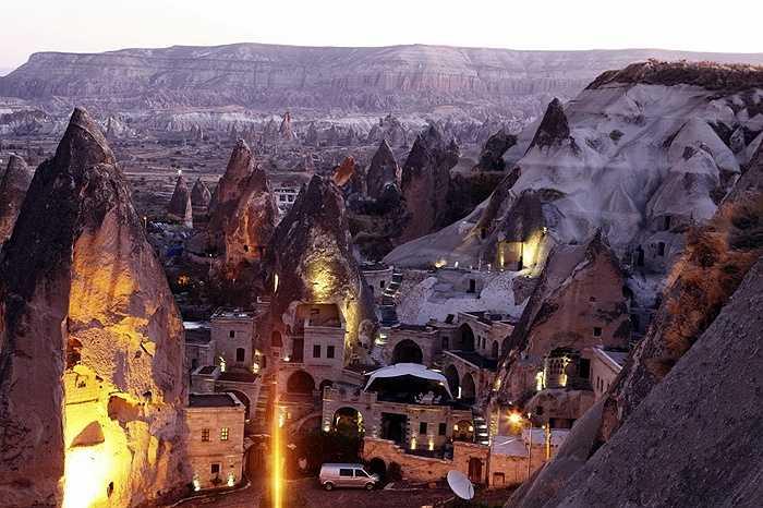14. Goreme, Thổ Nhĩ Kỳ: đây là một thị trấn nằm trong núi đá lửa và là cửa ngõ đến Công viên quốc gia Goreme - Di sản thế giới đã được UNESCO công nhận, bên cạnh đó còn có nhiều nhà thờ, công viên nằm trong các khối đá núi lửa và những món ăn tuyệt hảo kèm rượu vang Thổ Nhĩ Kỳ.