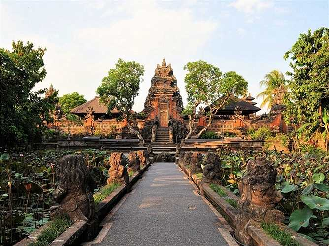 15. Ubud, Indonesia: Cụm làng Ubud là nơi lý tưởng để thử mát xa kiểu Bali như châm cứu, bấm huyệt, kéo căng cơ và xoa bóp bằng dầu thơm. Ubud cũng là trung tâm nghệ thuật lâu đời của Bali với nhiều bảo tàng, triển lãm hay khu bảo tồn thiên nhiên .