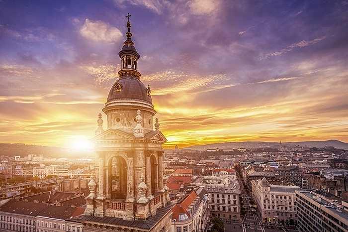 21. Budapest, Hungary: Thành phố này nổi tiếng với những hồ bơi sủi bọt mang kiến trúc những  năm 1913, những công trình lịch sử là biểu tượng văn hóa và vẻ đẹp tự nhiên của Hungary từ thời La Mã như Nhà thờ St. Stephen cao hơn 91,44 m.