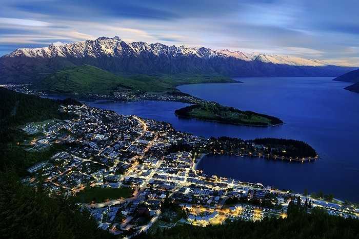 22. Queenstown, New Zealand: Tại đây có các môn thể thao cảm giác mạnh như chèo thuyền kayak, nhảy bungee, đi tàu cao tốc, chèo bè vượt thác. Hoặc du khách có thể đến thăm những địa điểm đẹp như mơ đã từng xuất hiện phần lớn trong bộ phim nổi tiếng Chúa tể của những chiếc nhẫn.
