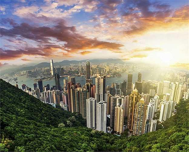 23. Hồng Kông, Trung Quốc: Nơi đây nổi tiếng với những hòn đảo nổi và đường chân trời tuyệt đẹp. Du khách còn có thể lên đến ngọn núi cao nhất của Đỉnh Victoria và ngắm khung cảnh Hồng Kông từ trên cao. Ngoài ra đến thăm Vườn Nãi Lan cũng sẽ mang lại cho du khách cảm giác bình an, thoải mái.