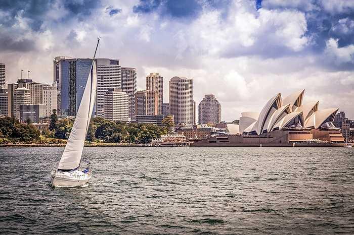 25. Sydney, Úc: Nhà hát Opera Sydney tuyệt diệu trông giống như một chiếc thuyền buồm trên bến cảng. Tại đây có những con đường lát đá cuội hẹp The Rocks, Bến cảng Circular và Bảo tàng Nghệ thuật Đương đại tuyệt đẹp. Quang cảnh từ đài quan sát Sydney Tower Eye sẽ khiến du khách ấn tượng với vẻ đẹp của Sydney nhìn từ trên cao. (Huyền Trân)