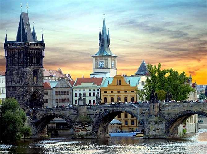 5. Prague, Cộng hòa Séc: Sự quyến rũ và vẻ đẹp như trong truyện cổ tích đã khiến Prague trở thành một địa điểm du lịch hoàn hảo. Du khách có thể dành cả ngày khám phá Prazsky hrad (Lâu đài Prague), lang thang trên Quảng trường Old Town và ngắm nhìn Tòa thị chính cũ cùng Đồng hồ Thiên văn.
