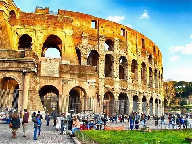 7. Rome, Ý: Đấu trường La Mã, chợ trời hay những khu di tích lịch sử đáng kinh ngạc khác sẽ khiến khách du lịch yêu mến Rome. Họ có thể thả một đồng xu ước vào Đài phun nước Trevi, nếm thử món espresso của Ý hay đi mua sắm tại Campo de'Fiori và Via Veneto.
