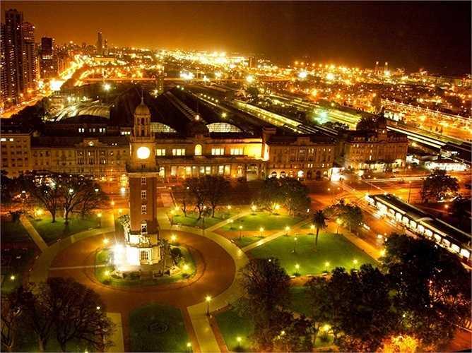 8. Buenos Aires, Argentina: Đây là một nơi đầy quyến rũ và nhộn nhịp, tràn đầy sức sống cùng những con phố kiến trúc cổ. Buenos Aires còn là thủ đô mua sắm của Châu Mỹ La tinh với những trung tâm mua sắm bán lẻ cao cấp dọc theo những đại lộ rộng lớn.
