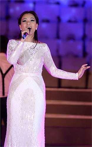 Sau đám cưới, người đẹp nhanh chóng trở lại sân khấu ca nhạc.