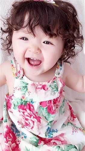Con gái Elly Trần - bé Cadie càng lớn càng dễ thương.
