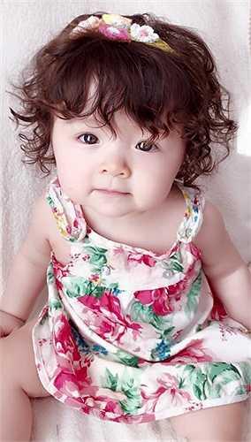 Cô bé thừa hưởng rất nhiều nét đẹp của mẹ.