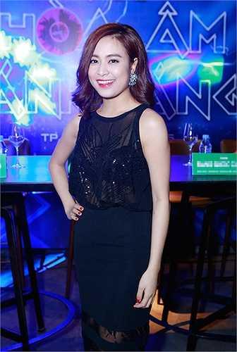 Chiếc áo voan mỏng đính sequin giúp màn lộ nội y của Hoàng Thùy Linh trở nên duyên dáng và đẹp mắt