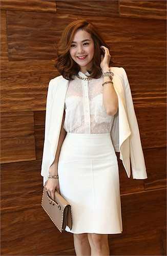 Thiết kế túi ngực bản to của chiếc áo sơ mi trắng mỏng làm màn khoe nội y của Minh Hằng trở nên đẹp mắt hơn