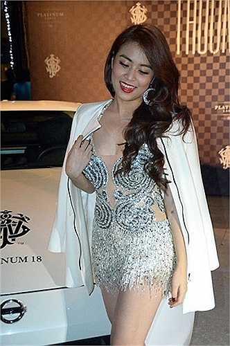 Hoàng Thùy Linh khoe vẻ gợi cảm bên chiếc Bentley.