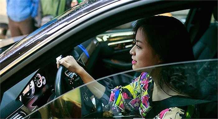 Hoàng Thùy Linh sau vô lăng của chiếc xe bạc tỷ.