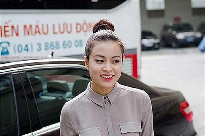 Cô thường tự lái xe đến tham dự các sự kiện hay đi dạo phố, đưa đón bạn bè.