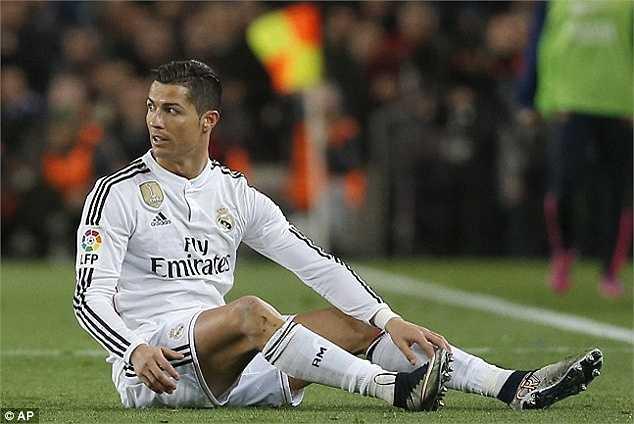Xếp ngay sau Messi trong danh cách của France Footbal là Cristiano Ronaldo. Dù anh chàng này 'chạy show' quảng cáo khá nhiều, nhưng vẫn thua kình địch 8,1 triệu Bảng - thu nhập 39,7 triệu Bảng/năm.