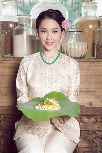 Linh Nga sở hữu vẻ đẹp mà bất cứ người phụ nữ nào cũng đều ao ước: Dịu dàng, mỏng manh và thuần khiết.