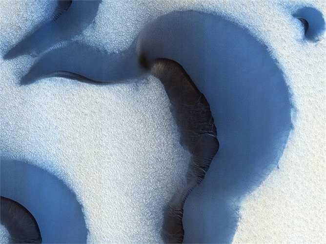 Trong suốt mùa hè trên cực Bắc của sao Hỏa, tất cả băng trên bề mặt đã biến mất để lộ bề mặt nứt bên dưới. Các vết nứt có khả năng đang mở rộng từ băng ngầm và thay đổi theo mùa.