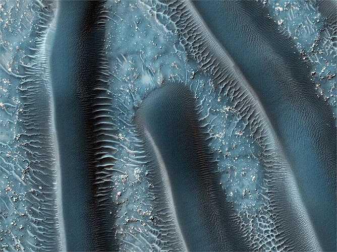 Đây là một cao nguyên có độ dốc nhẹ nhàng được lót bằng các đụn cát có khoảng cách gần như hoàn hảo. Khoảng cách này khá nhạy cảm với gió, giúp cung cấp cho các nhà khoa học đầu mối của lịch sử trầm tích của địa hình xung quanh.