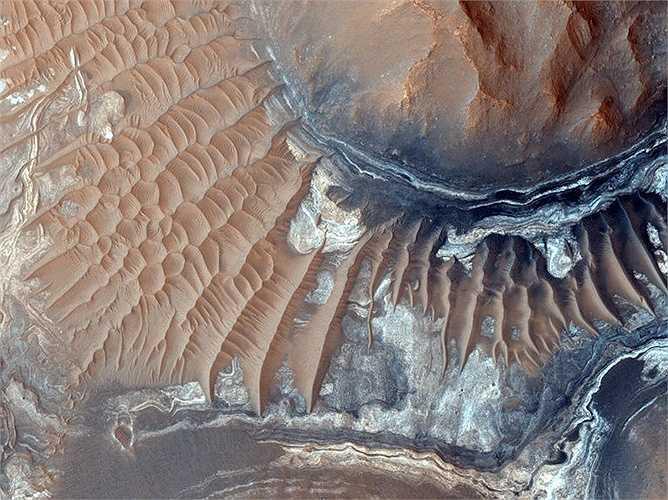 Có một mê cung trên sao Hỏa gọi là Noctis Labyrinthus, nghĩa là 'Mê cung của bóng đêm'. Hình dưới đây là một phần của mê cung này được biết đến với thung lũng có tường ngăn với hình dạng xoắn và biến đổi trên bề mặt sao Hỏa.