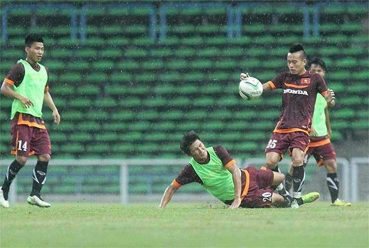 Buổi tập kín của U23 Việt Nam chiều tối qua diễn ra trong cơn mưa nặng hạt