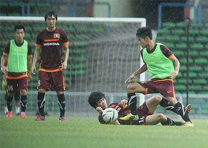 Do trời mưa tầm tã, HLV Miura dành nhiều thời gian cho các cầu thủ tập các pha phối hợp đá phạt góc và đá phạt trực tiếp.