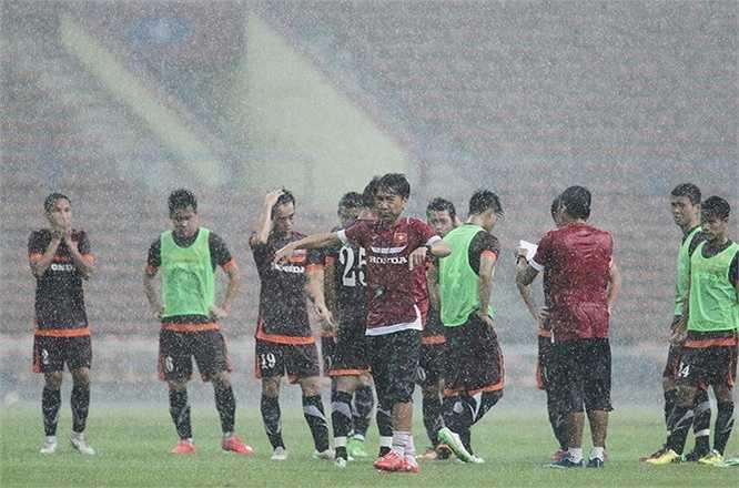 HLV Miura cho cả đội nghỉ sớm
