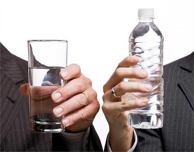 Nước đóng chai không gây sâu răng, nó chỉ không chứa thành phần flo tốt cho sức khỏe răng. Nước máy lại chứa flo giúp ngăn ngừa sâu răng. Vì vậy nước đóng chai không phải là nguyên nhân gây sâu răng.