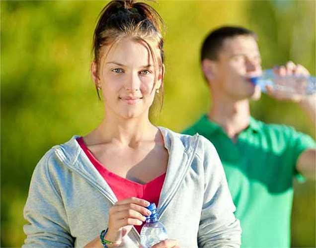 Nước tốt cho người chơi thể thao: Nước có tác dụng vận chuyển năng lượng, chất dinh dưỡng và loại bỏ nhiệt ở dạng mồ hôi khi tập thể dục, nên nó là một thức uống thể thao rất tốt. Tuy nhiên nước có chứa muối thì tốt hơn cho vận động viên thể thao mất nước nhiều.
