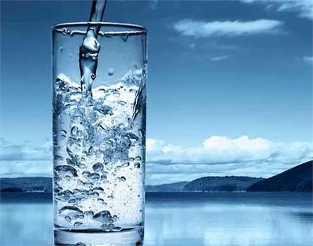 Không phải khi có bệnh là nên tăng cường uống nước vì ở những người có bệnh tim, huyết áp cao, sưng bàn chân và chân, uống nhiều nước có thể gây ra các biến chứng.