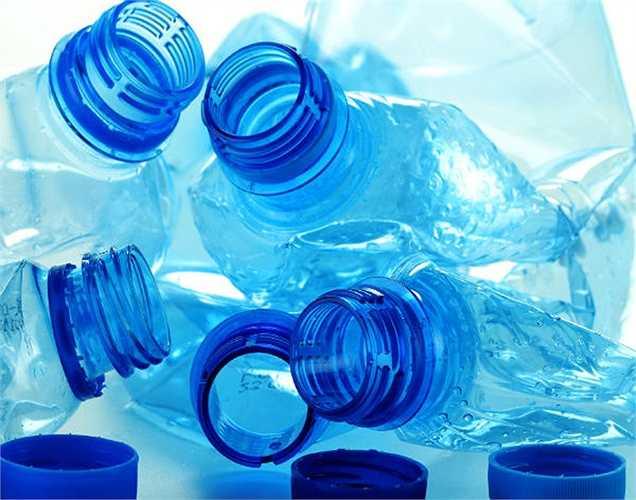 Không nên tái sử dụng nhiều lần chai nhựa đựng nước: tái sử dụng chai nước nhiều lần có thể khiến  hóa chất có trong chai nhựa tan vào trong nước gây hại cho sức khỏe.