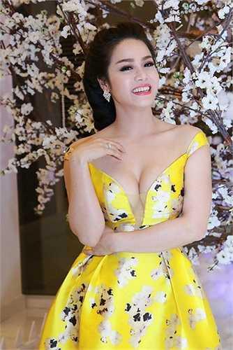 Nhật Kim Anh chèn ép vòng 1 trong chiếc váy không vừa vặn khiến màn khoe ngực của cô theo đó cũng trở nên kém gợi cảm