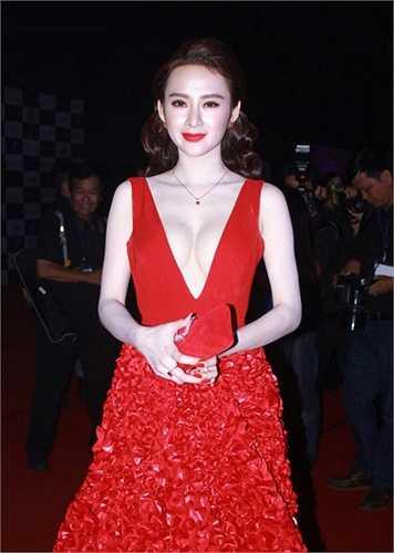 Chiếc váy xẻ ngực có phần hơi quá tay vô tình 'tố giác' vòng 1 thiếu cân đối của Angela Phương Trinh