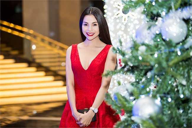 Chiếc váy đỏ không chỉ tôn làn da trắng, mà còn giúp Trà Ngọc Hằng trở nên gợi cảm