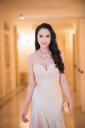 Màn khoe ngực nóng bỏng của Vũ Ngọc Anh.  Nguồn: Dân Việt