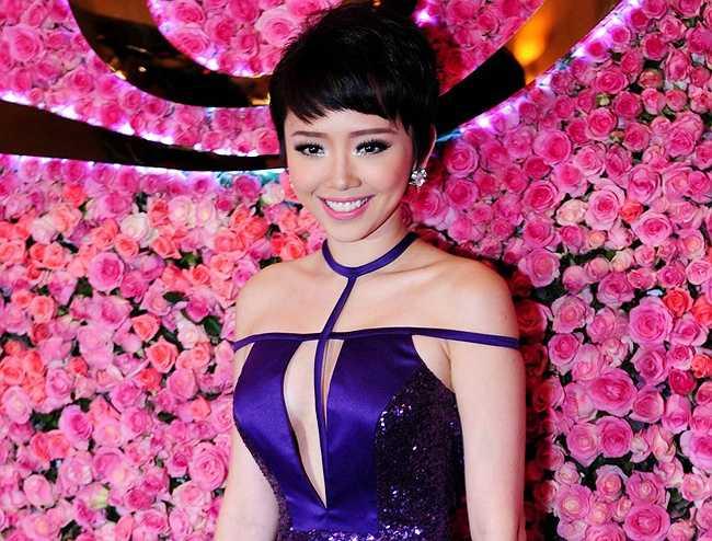 Xây dựng hình ảnh gợi cảm, váy xẻ ngực là một trong những trang phục được Tóc Tiên yêu chiều khi đi sự kiện hay trình diễn trên sân khấu ca nhạc