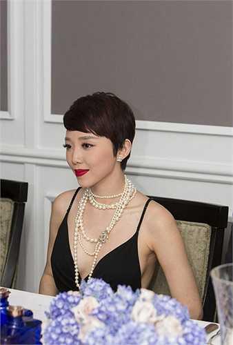 Khi ứng dụng kiểu mốt đầy nhạy cảm này, mỹ nữ Việt cần phải tinh tế và khéo léo để không tự đẩy mình rơi vào tình huống hớ hênh và Tóc Tiên đã làm được điều này. Trong thiết kế sexy này, Tóc Tiên nhận được nhiều lời khen từ tín đồ thời trang