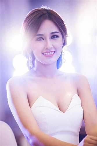 Những chiếc váy xẻ ngực đầy hấp dẫn này luôn giúp Mai Phương Thúy phô trương nét đẹp quyến rũ