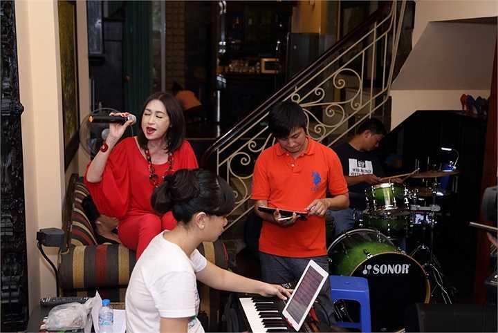 Ý Lan đã đáp chuyến bay từ Mỹ về Sài Gòn để chuẩn bị cho đêm nhạc đặc biệt của 2 người các của mình là nhạc sĩ Phạm Duy – Phạm Đình Chương