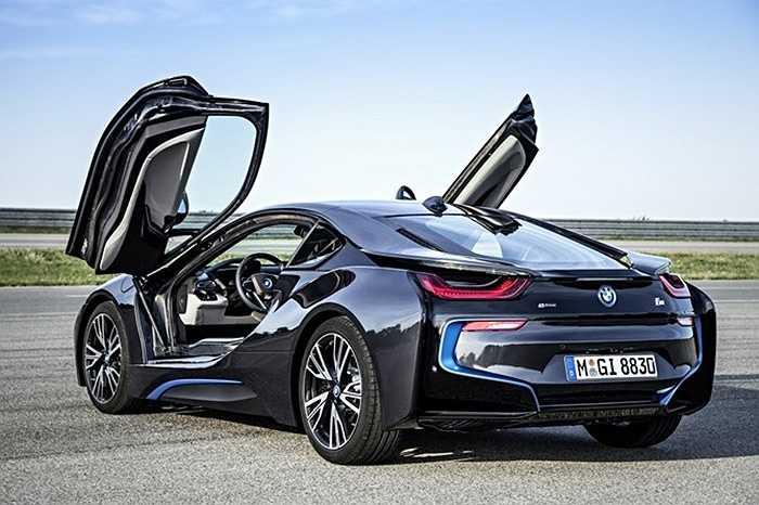 Với i8, BMW đã tạo nên bước đột phá khi pha trộn thành công yếu tố vật liệu, kết cấu, và góc cạnh.