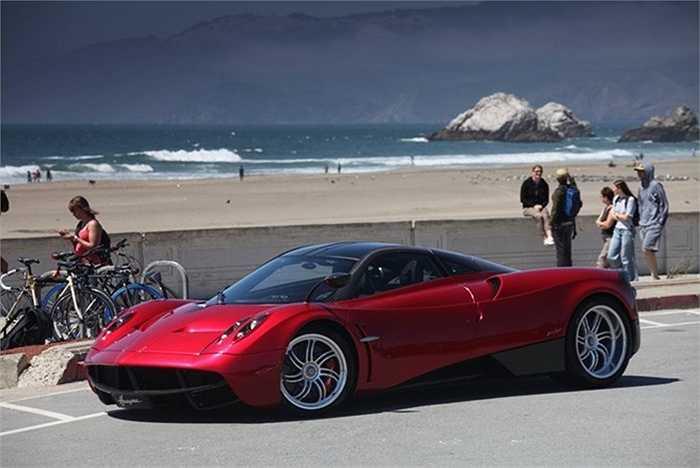 2. Pagani Huayra    Chiếc xe Huayra tốc độ 230mph này là một trong những mẫu xe mới nhất của nhà thiết kế Horacio Pagani. Trong thiết kế của mình Horacio Pagani cũng cầu toàn như Steve Jobs. Do đó, mọi chi tiết của chiếc xe đều được ông trau chuốt kỹ lưỡng, từ vẻ ngoài cho đến động cơ hay tiếng 'ding' mỗi khi gạt cần.