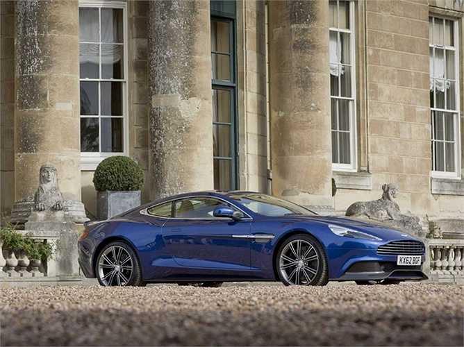 3. Aston Martin Vanquish    Aston Martin nổi tiếng bởi thường xuyên xuất hiện trong các bộ phim về điệp viên, trong đó có Điệp viên 007 nên kỳ vọng của nhiều người vào mẫu xe này rất lớn.