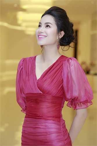 Cô mặc một trang phục của một NTK Việt vừa được trình diễn trên sàn 'London Fashion Week' đầu tháng 3 vừa qua.