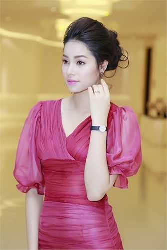 Với thiết kế ôm trọn cơ thể, Phạm Hương tự tin khoe đường cong vô cùng quyến rũ.